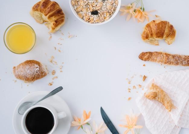 Farina d'avena con croissant e caffè sul tavolo