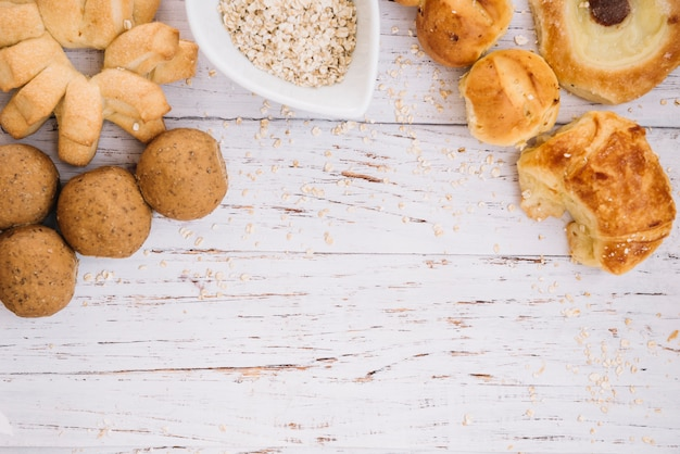 Farina d'avena con diversi prodotti da forno sul tavolo di legno