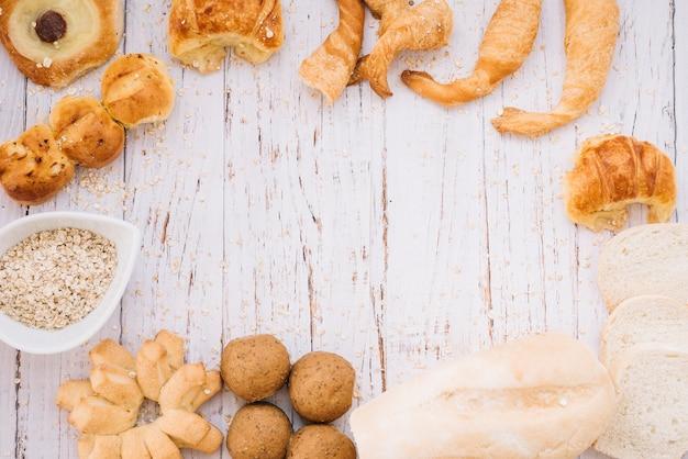 Farina d'avena con diversi prodotti da forno sul tavolo