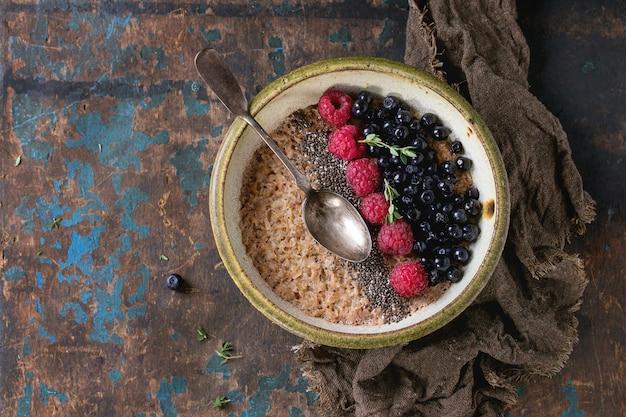 Farina d'avena con frutti di bosco e semi di chia