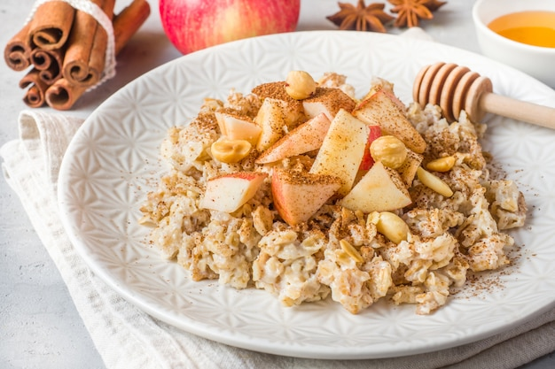 Farina d'avena con mele fresche, noci e cannella per la colazione