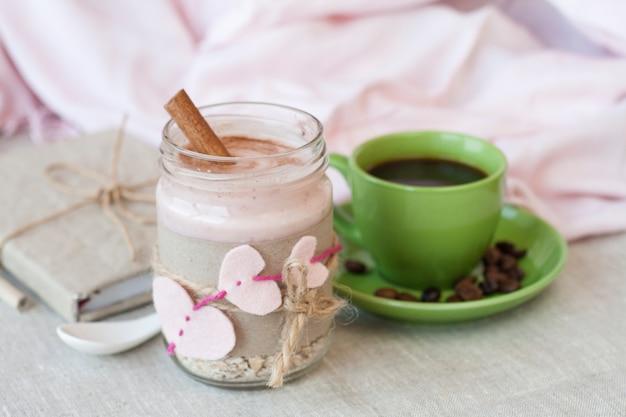 Farina d'avena con yogurt ai frutti di bosco e cannella e quaderno vintage