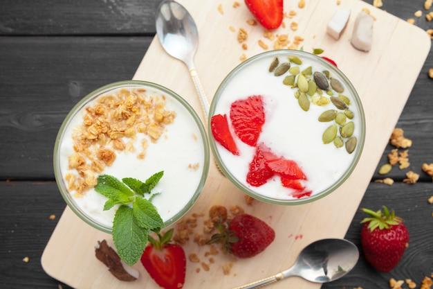 Farina d'avena con yogurt e frutti di bosco. vista dall'alto. colazione salutare.