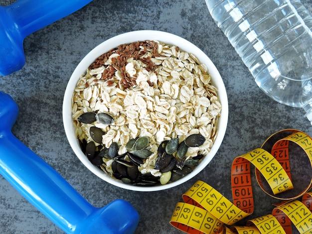 Farina d'avena e semi, acqua, frutta, manubri e metro a nastro.