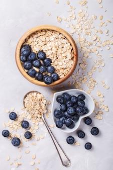 Farina d'avena, muesli con frutti di bosco. prima colazione sana estiva.