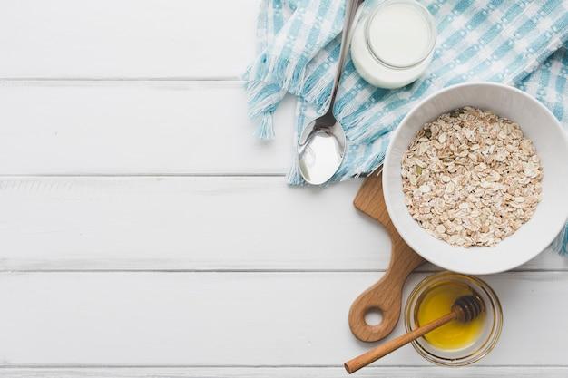 Farina d'avena nei pressi di miele e prodotti lattiero-caseari