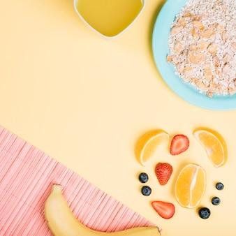Farina d'avena sul piatto con frutta sul tavolo