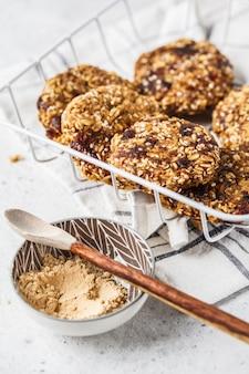 Farina d'avena vegana, biscotti maca in polvere con sesamo. concetto di cibo vegetariano sano.