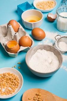 Farina di cottura del primo piano con le uova sulla tavola