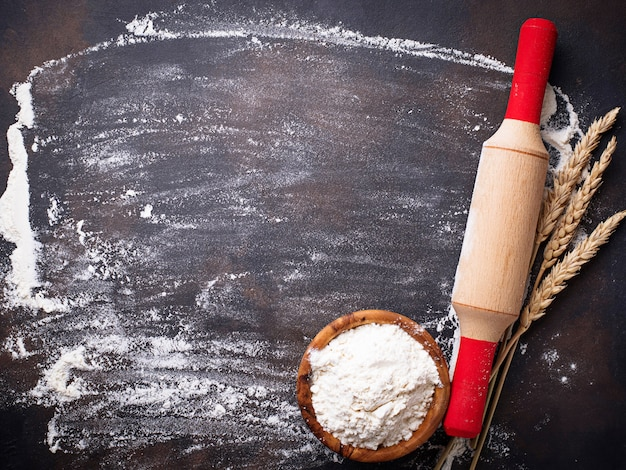 Farina di frumento, spighe e mattarello