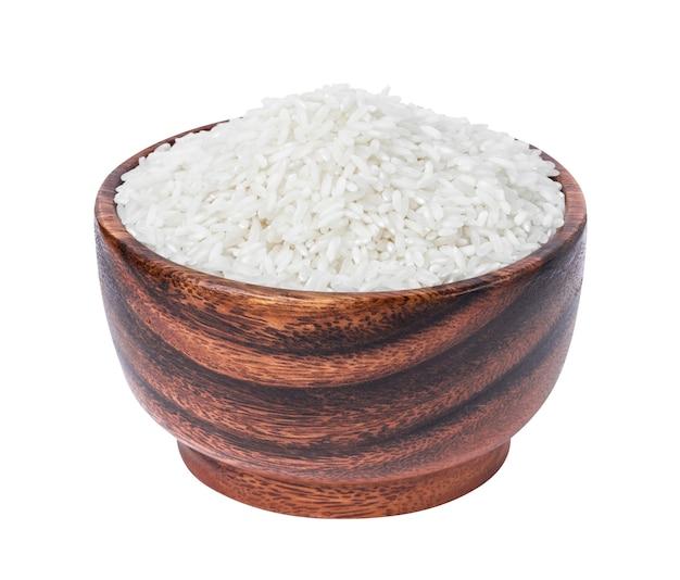 Farina di riso basmati in ciotola di legno isolata su bianco