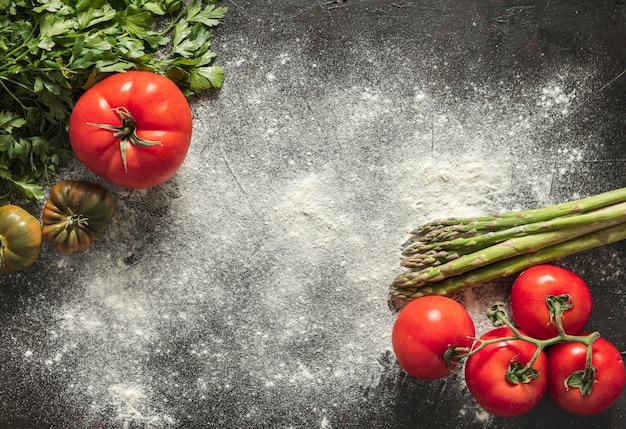 Farina e ingredienti per la pizza
