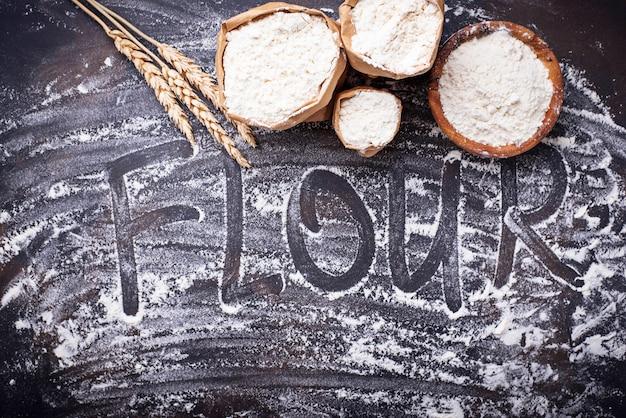 Farina e orecchie di grano secco