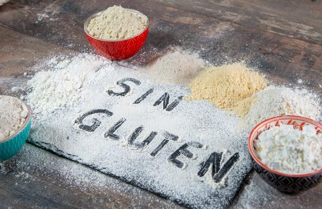 Farina senza glutine (senza glutine) su fondo di legno