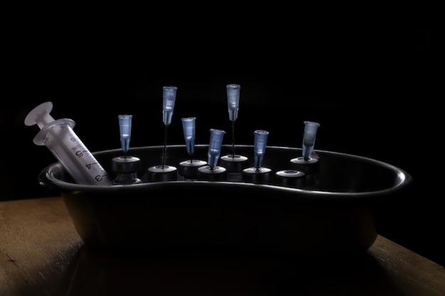 Farmaci per iniezione sporchi e dispositivi di iniezione in clinica illegale
