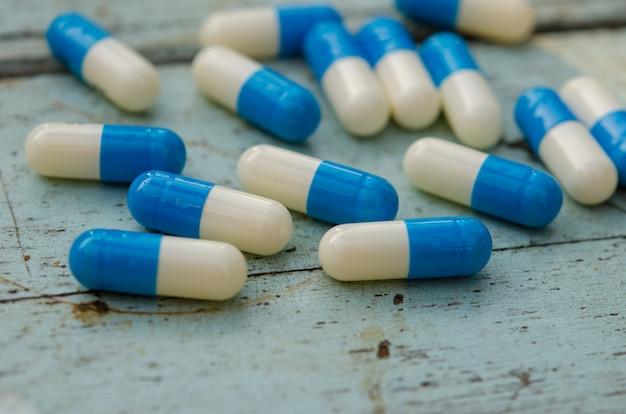 Farmaci sul pavimento di legno