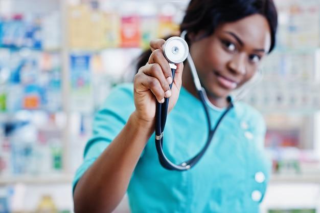 Farmacista afroamericano che lavora nella farmacia alla farmacia dell'ospedale. assistenza sanitaria africana. stetoscopio sul medico donna nera.