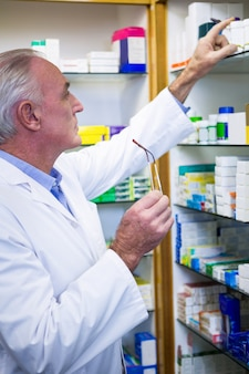 Farmacista che controlla le medicine in farmacia