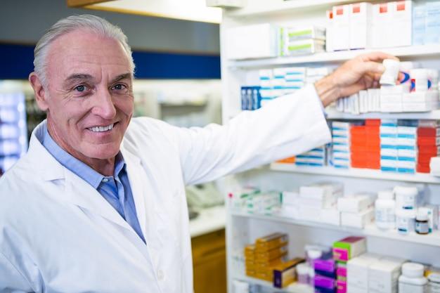 Farmacista che controlla una bottiglia di droga