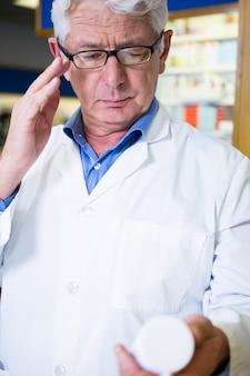Farmacista che controlla una medicina in farmacia