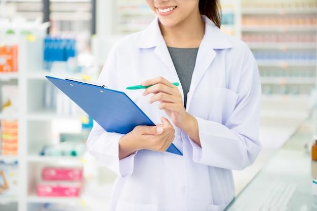 Farmacista che lavora in farmacia o farmacia