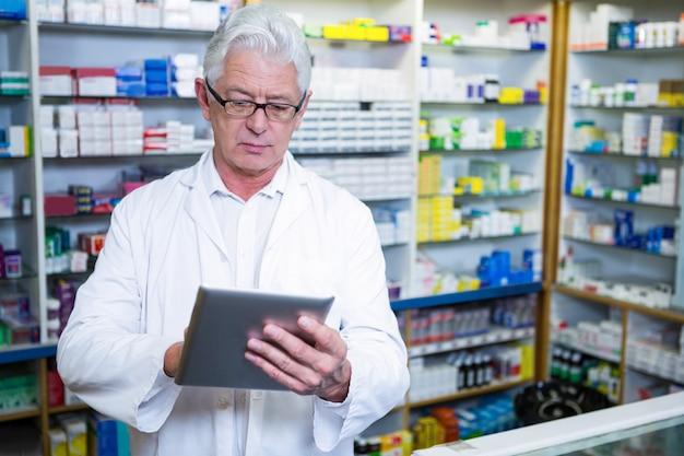 Farmacista che per mezzo della compressa digitale