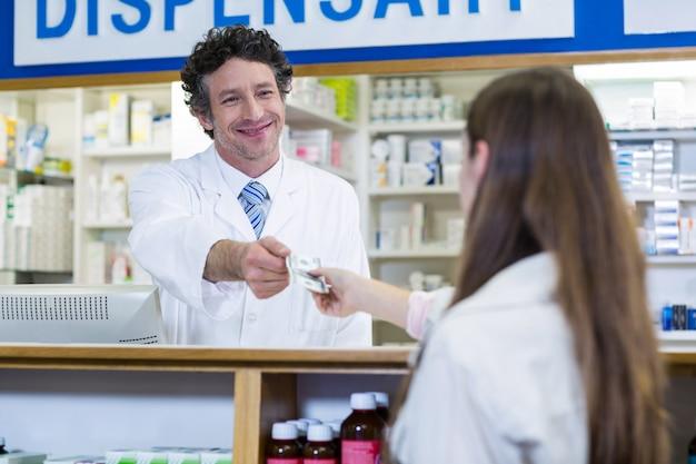 Farmacista che riceve il pagamento dal cliente