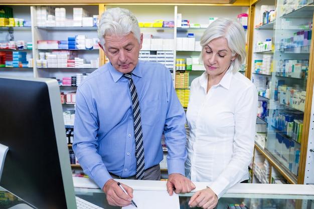 Farmacista che scrive prescrizioni per medicinali