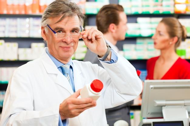 Farmacista con clienti in farmacia