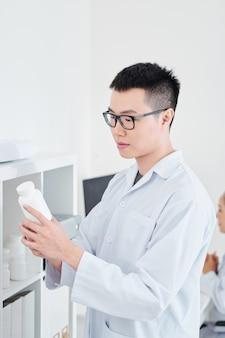 Farmacista con contenitore per compresse