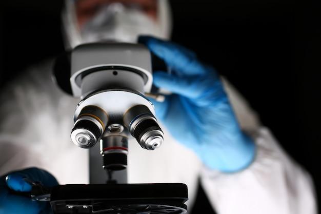 Farmacista di laboratorio al microscopio ottico