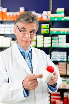 Farmacista in farmacia con medicamento