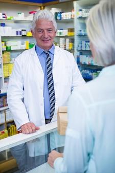 Farmacista in piedi al bancone