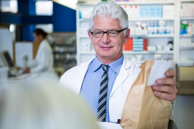 Farmacista in possesso di un pacchetto di medicinali