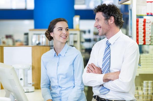 Farmacisti che interagiscono tra loro in farmacia