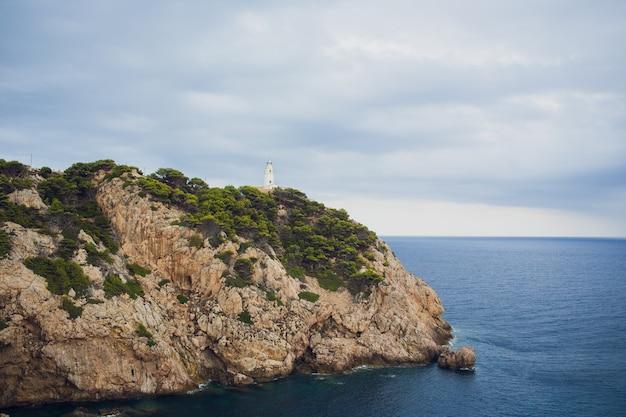 Faro a cape formentor in costa del nord mallorca, spagna. paesaggio artistico di alba e tramonto