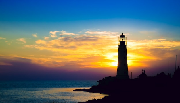 Faro al tramonto sulla spiaggia