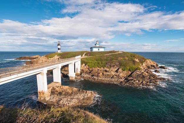 Faro dell'isola di pancha nella linea costiera di ribadeo, galizia, spagna.