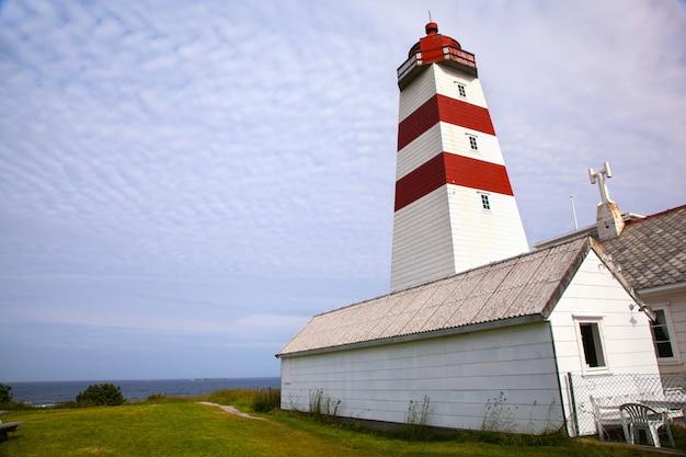 Faro di alnes nell'isola di godoy