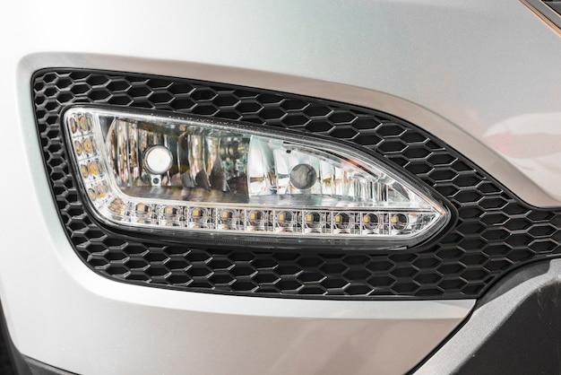 Faro moderno di auto d'argento