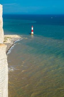 Faro nel mare e scogliere