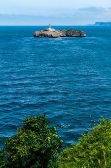 Faro nell'isola di mouro, santander, spagna
