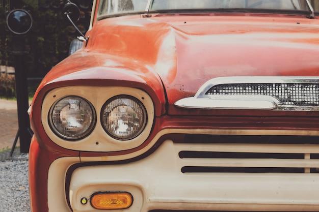 Faro principale di auto d'epoca - stile classico dei veicoli. effetto filtro colore pellicola retrò.