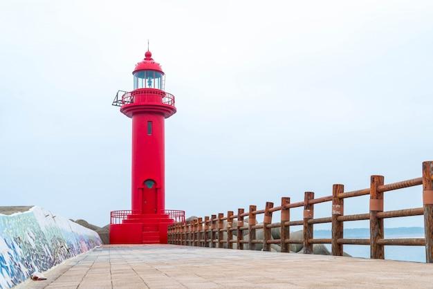 Faro rosso nell'isola di jeju
