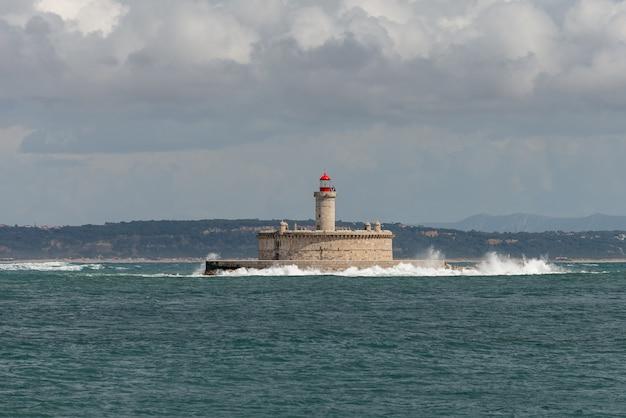 Faro sulla piccola isola in mare - il forte di sao lourenco do bugio