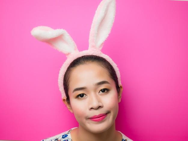 Fascia da portare delle orecchie del coniglietto della donna durante la pasqua