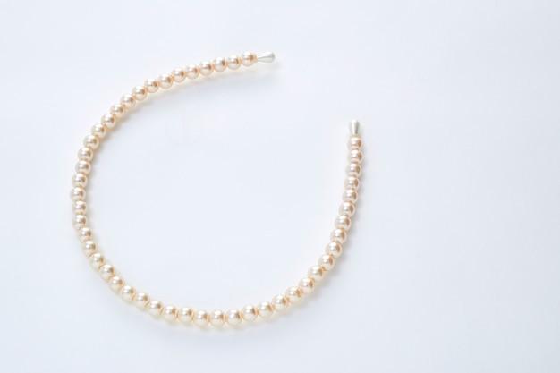 Fascia dei capelli della perla su fondo bianco