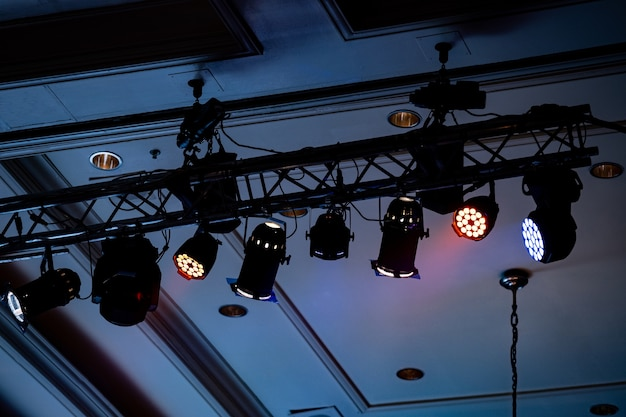 Fascio di luce a sala da feste al coperto, la luce bianca è bella.