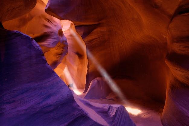Fascio di luce attraverso l'antilope inferiore, page, arizona