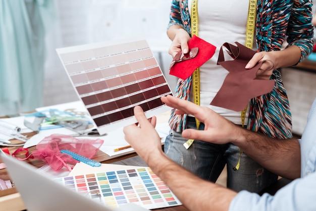 Fashion designer di moda guardando campioni di colore